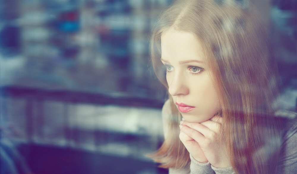 beginnings-treatment-centers-5-thoughts-that-lead-straight-to-a-relapse-image-of-lonely-girl-thinking