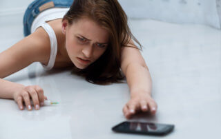 beginnings-treatment-centers-cocaine-overdose-article-image-of-girl-overdosing-on-cocaine-reaching-for-phone