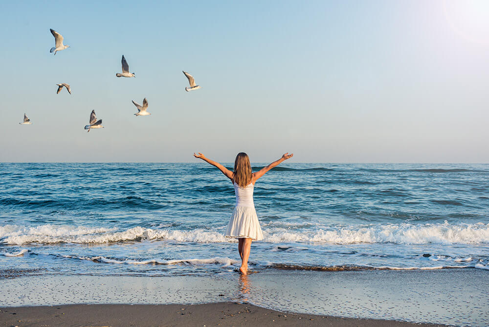 beginnings-treatment-centers-silhouette-of-woman-on-beach-75743583