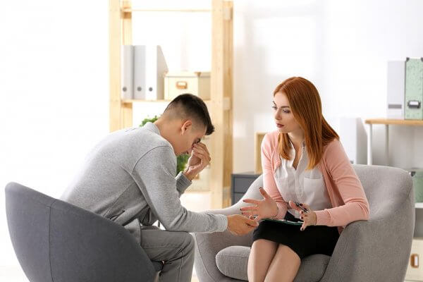 beginningstreatment-detox-photo-female-psychologist-with-client-in-office