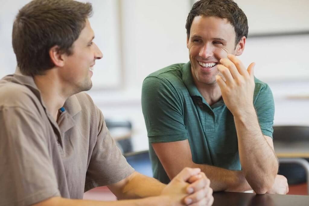 beginningstreatment-what-is-a-sober-companion-article-photo-two-sober-companions-chatting