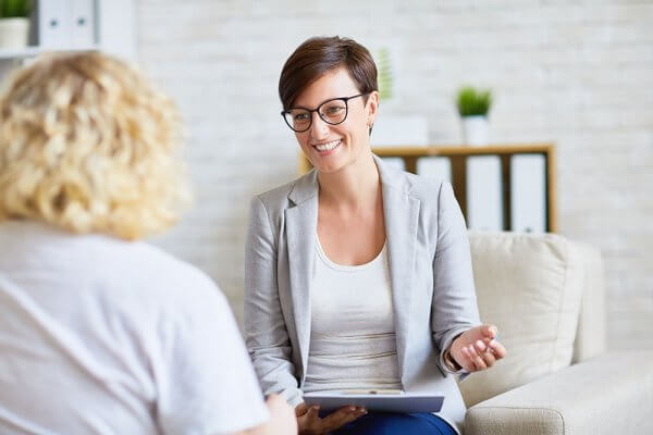 beginningstreatment--how-do-i-find-addiction-treatment-that-works-photo-of-a-female-psychologist-talking-to-a-patient